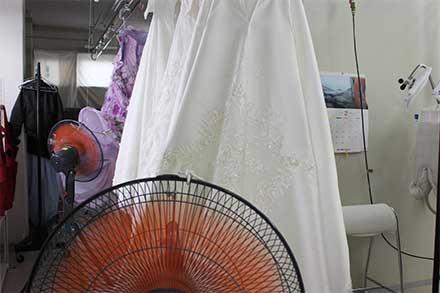 温度をかけて乾燥できないドレスは自然乾燥です
