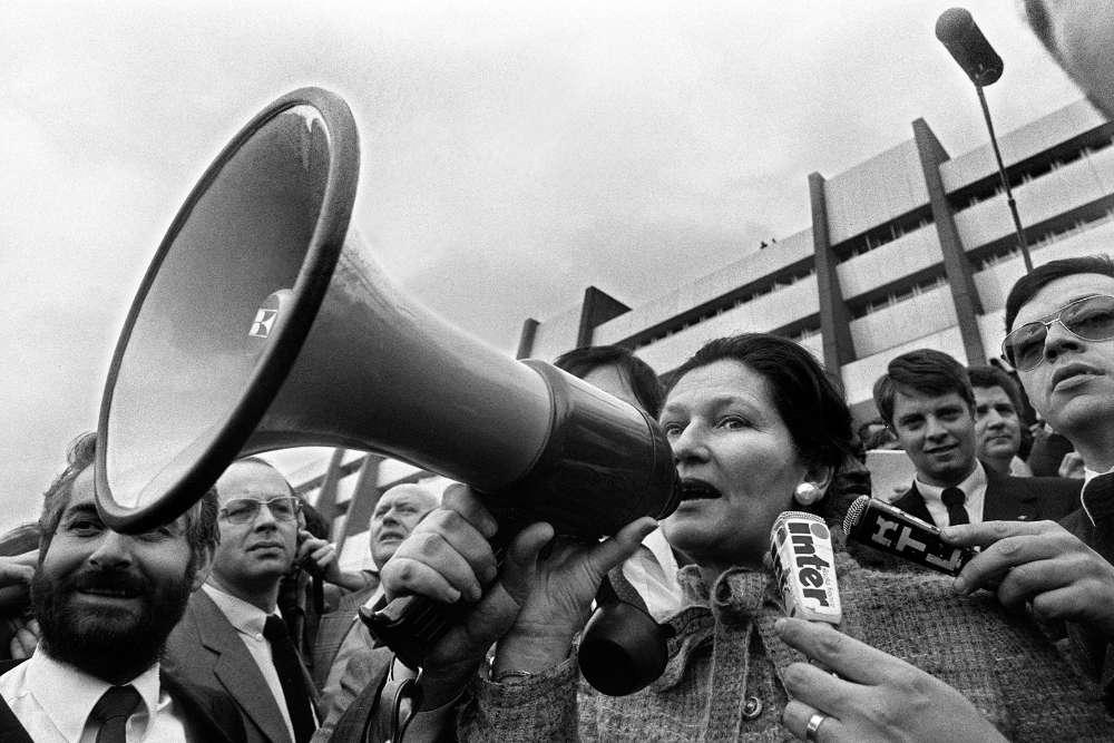 https://i1.wp.com/www.dreuz.info/wp-content/uploads/2017/07/simone-veil-deputee-europeenne-et-premiere-presidente-du-parlement-europeen-adressant-un-message-aux-agriculteurs-manifestants-a-strasbourg-le-25-mars-1980.jpg