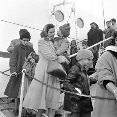 Réfugiés juifs égyptiens arrivant au Pirée (Grèce, 1957).