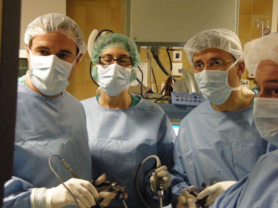 Dr Francisco Carmona en una cirugía laparoscópica ginecológica