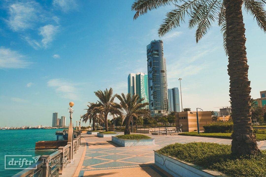 Abu Dhabi bei strahlendem Sonnenschein