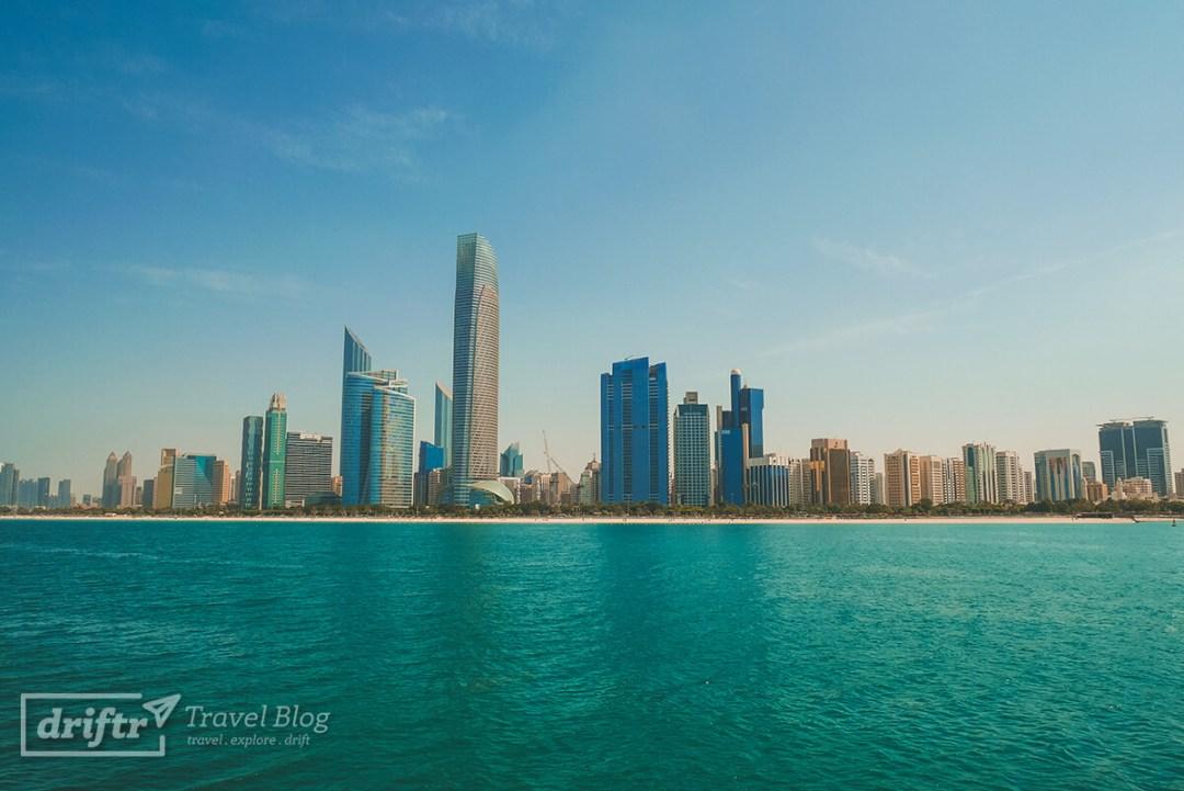 Blick von der Corniche auf die Skyline Abu Dhabis