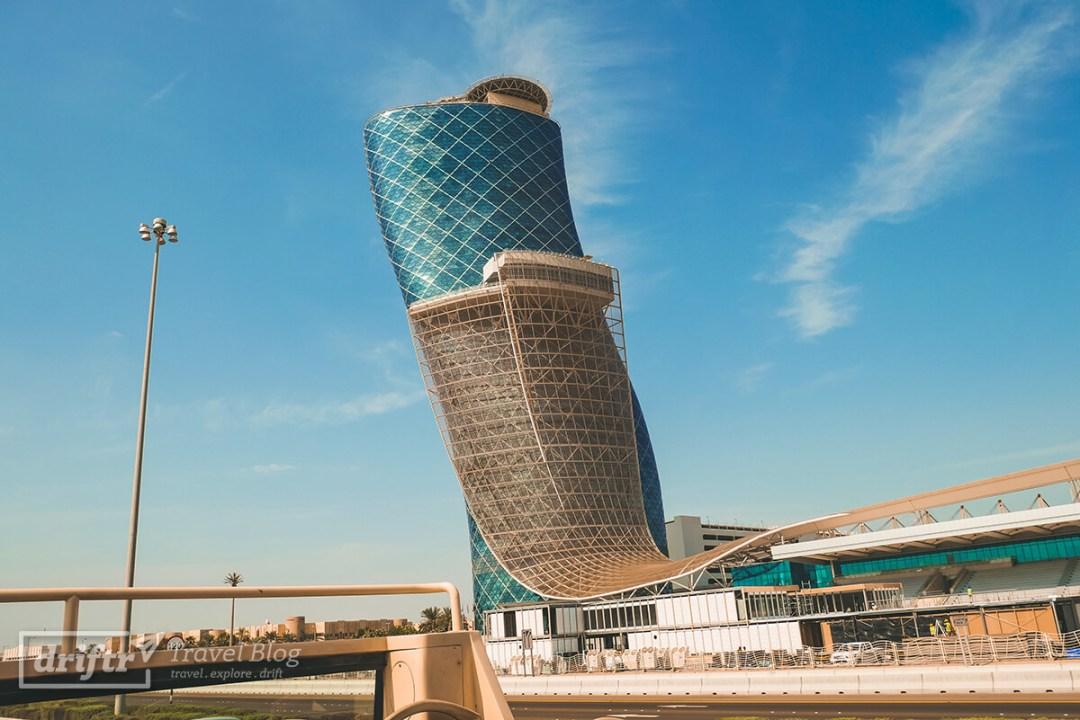 Der schiefe Turm von Abu Dhabi: Capital Gate Tower