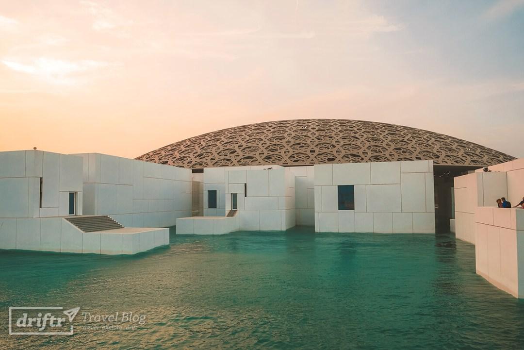 Louvre Abu Dhabi in Abendstimmung
