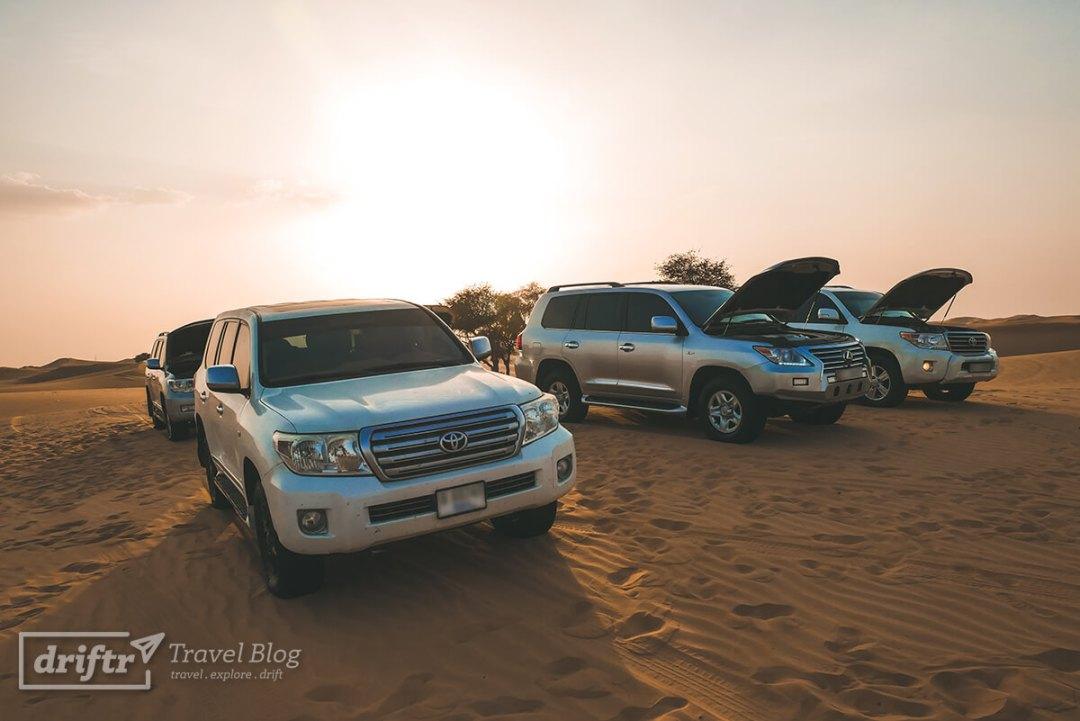Fahrzeugflotte in der Wüste