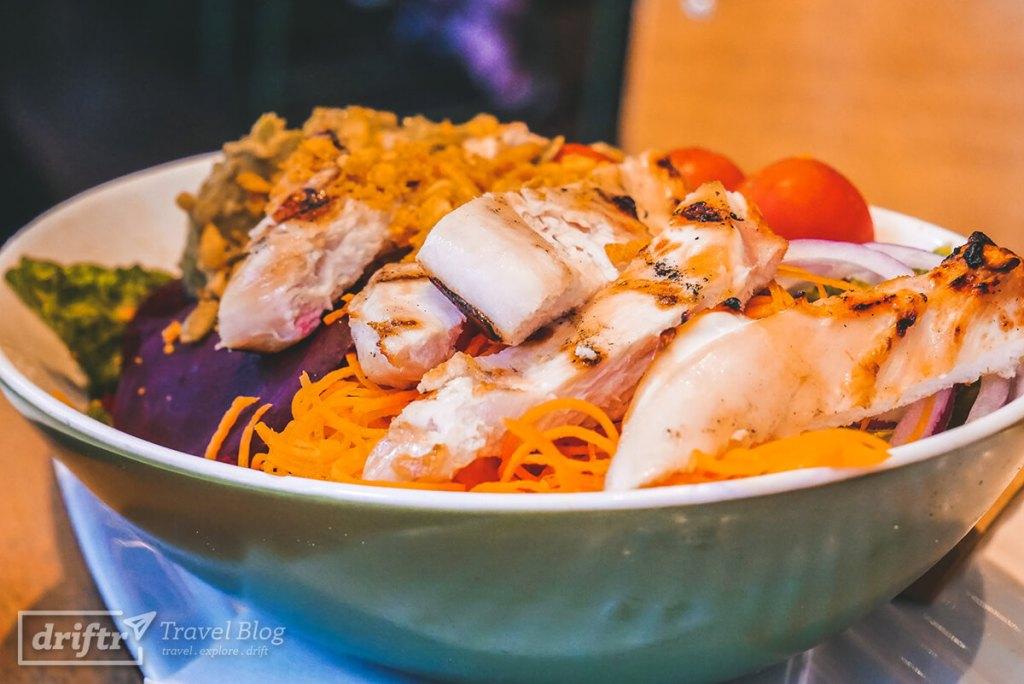 Frischer Salat mit Rote Beete und Avocado