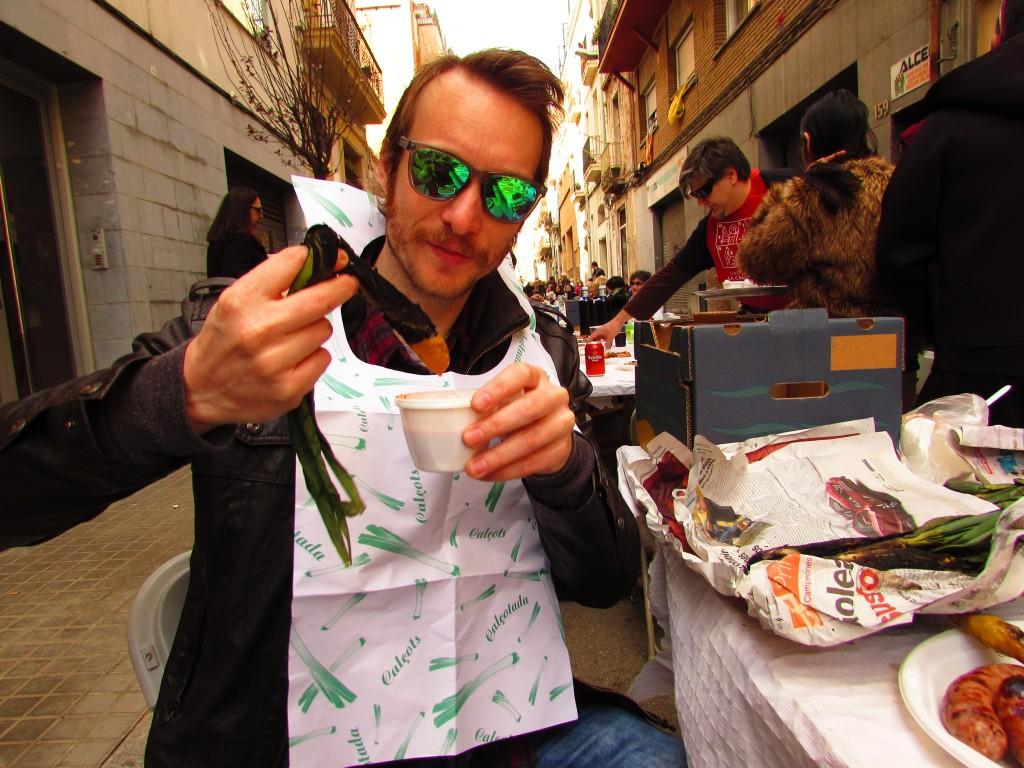 Ben Holbrook eating calots at Sants Jocs Florals calçotada 2016