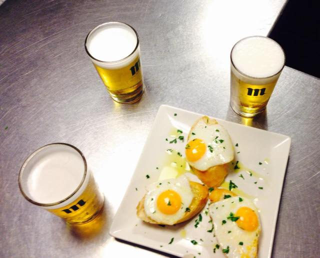 Best bars with free tapas on table 3 glasses of beer and a plate of 3 fried egg on toast