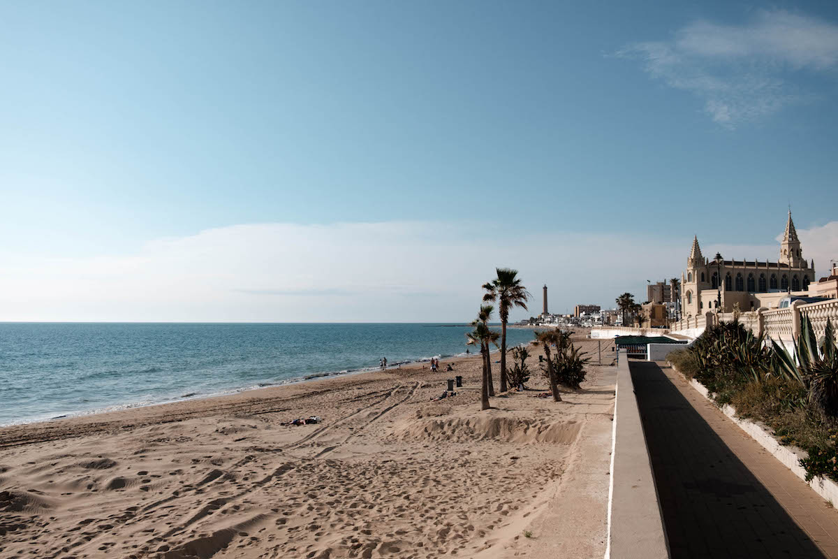 Chipiona's beach and boardwalk - perfect or cycling. By Ben Holbrook.