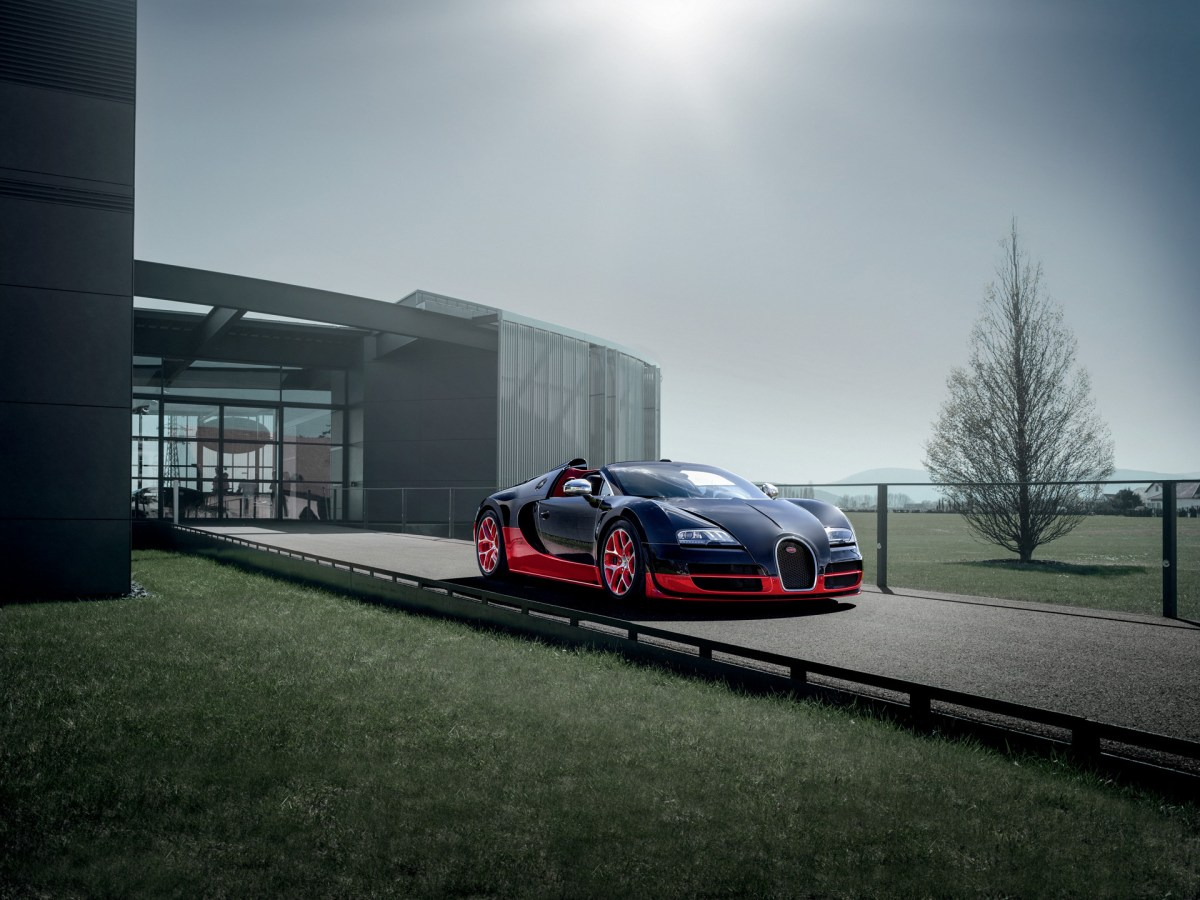 2012-Bugatti-Veyron-Grand-Sport-Vitesse-Black-and-Red-Front-Angle-1920x1440