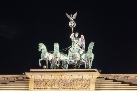 Berlin, Quadriga auf dem Brandenburger Tor bei Nacht