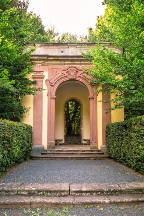 Schloss Ramholz, auf dem Weg zwischen Schloss Ramholz und Burg Steckelberg