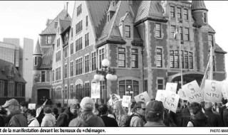 Photo de la foule devant la Gare du Palais qui ressemble à un petit château. On voit beaucoup de fanions du SFPQ.