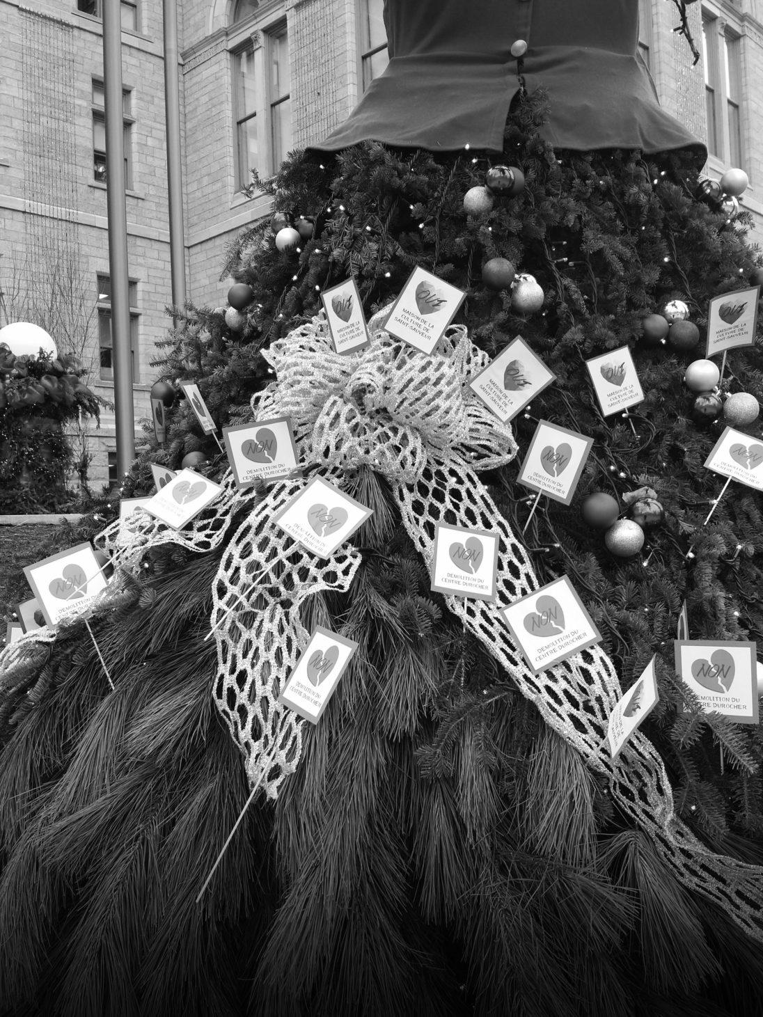 Le 7 décembre, après le conseil municipal, des militantes contre la démolition du Centre Durocher ont décoré le sapin de Noël devant l'Hôtel de ville de cœurs clamant: oui à la maison de la culture et non à la démolition du Centre Durocher.