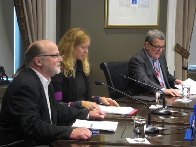 .Armand Saint-Laurent, d'Action Habitation, Julie Lemieux et Régis Labeaume en conférence de presse, le 3 octobre à Québec. Ils n'avaient rien de réjouissant à annoncer pour les gens du quartier Saint-Sauveur.