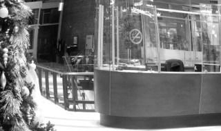 Résigné à l'idée de faire un double pour remplacer un agent de sécurité manquant, Marcel gagna lentement son petit poste de contrôle en ovale, dans la grosse bâtisse attenante à la bibliothèque Gabrielle-Roy, entre St-Joseph et du Roi. PHOTO: Gilles Simard