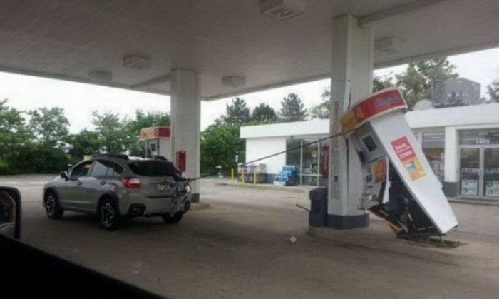 31 Awkward Gas Station Moments That Are Odd And Shocking-03