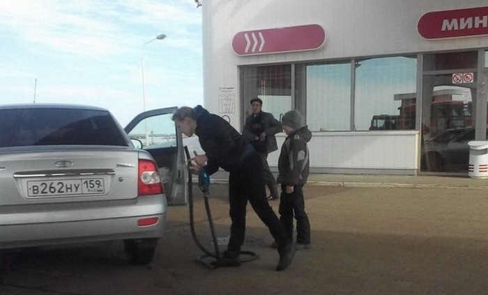 31 Awkward Gas Station Moments That Are Odd And Shocking-06