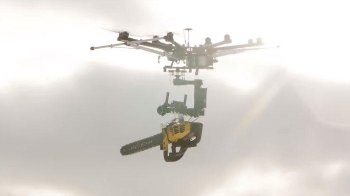 Droní masakr motorovou pilou