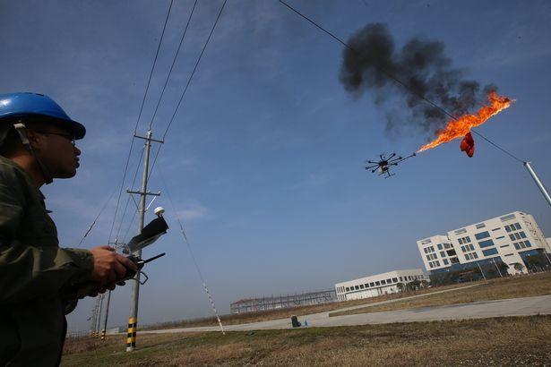 Dron s plamenometem dělá nebezpečnou práci za člověka