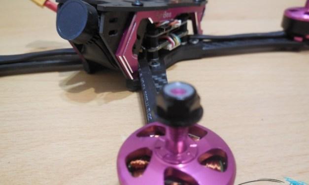 Unboxing FuriBee Stormer 220mm – první pohled na závodní koptéru se zajímavými parametry