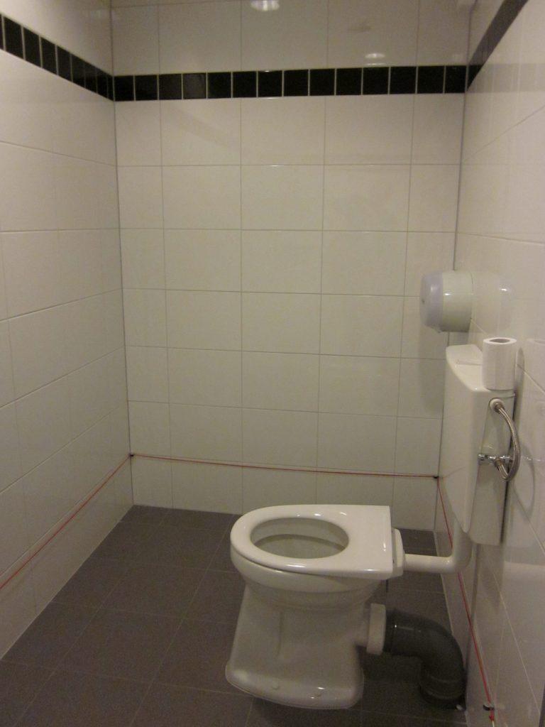 Ruime mindervalide toilet met beveiliging