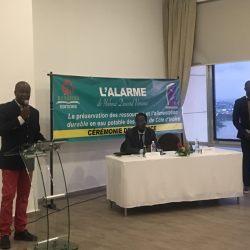 """Alex kipré, directeur des éditions Kailcedra présente le livre """"l'alarme"""" de Vénace Yoboué"""