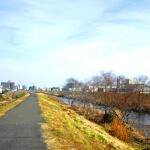 土手沿いをサイクリング。
