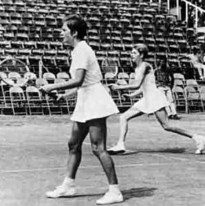 Edda Buding și Helga Niessen, în finala turneului demonstrativ de tenis de la JO din 1968