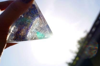 Orgonit Pyramide bricht das Licht