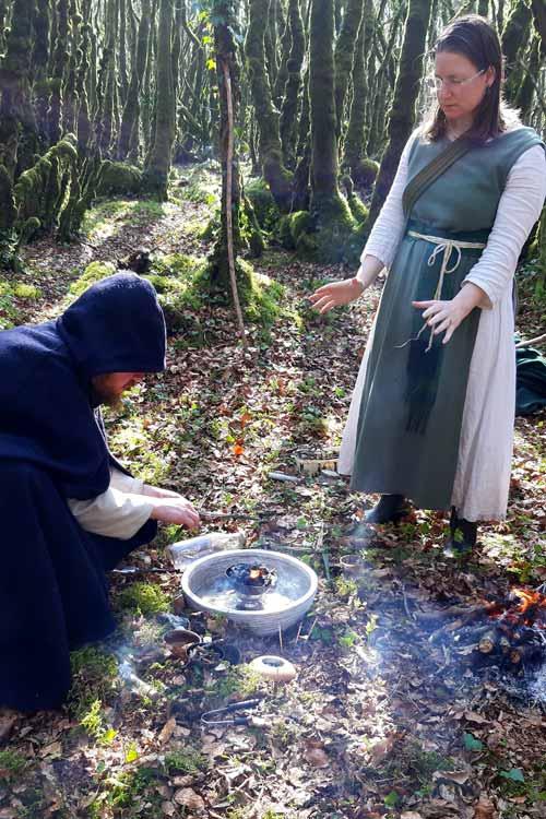 On voit dans la forêt un barde accroupi devant le feu et l'eau qui exécute, par Brigantia, la bénédiction des talismans. Une ovate se tient debout devant lui, bras tendus vers la scène.