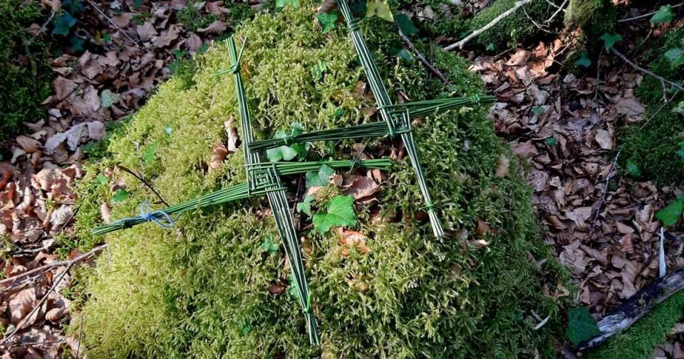 Il y a deux croix de Brigit / Brigantia posées sur un tapis de mousse au coeur de la forêt.