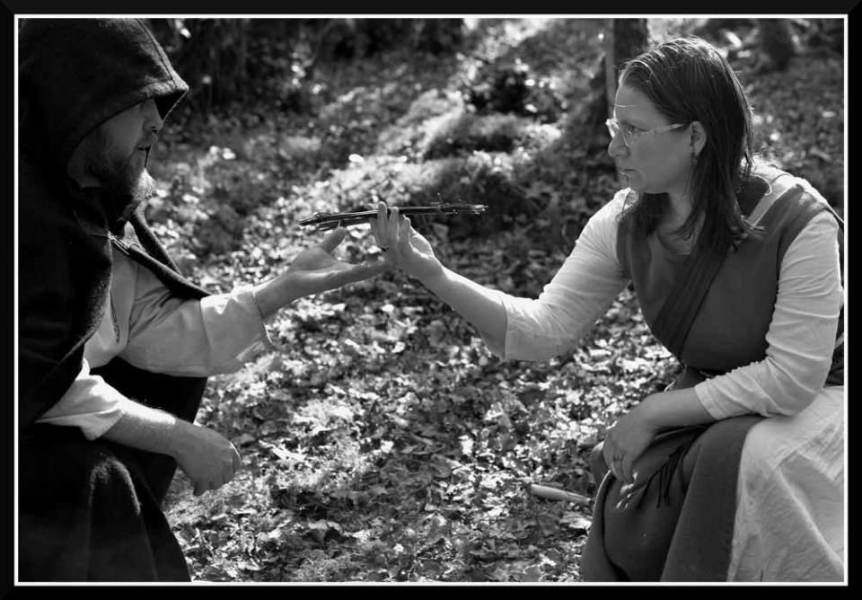 Le barde tend une croix de Brigantia à l'ovate. Scène de la bénédiction des talismans.
