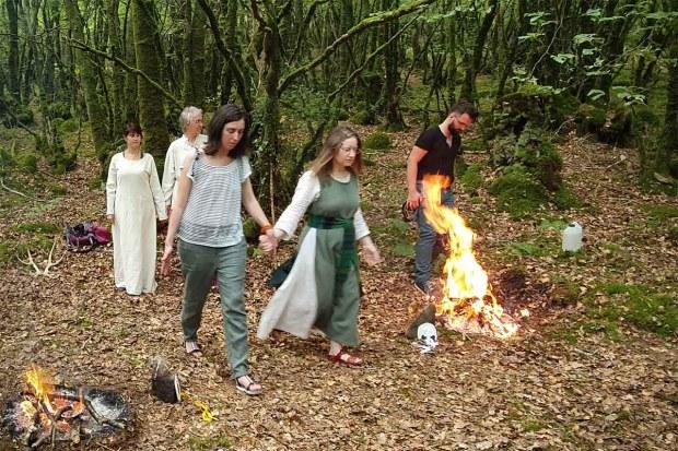 On voit la traversée des deux feux de Bel lors des célébrations druidiques de Dagdia.