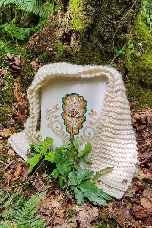 célébrations druidiques avec la représentation du Dadga, un oeil sur une feuille de Chêne. Devant le symbole, les participants au rituel druidique ont déposé pour le Dagda une jeune pousse de Chêne.