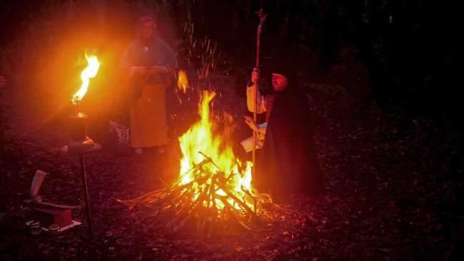 Fête de la Désincarnation : Druide devant le feu d'une cérémonie druidique
