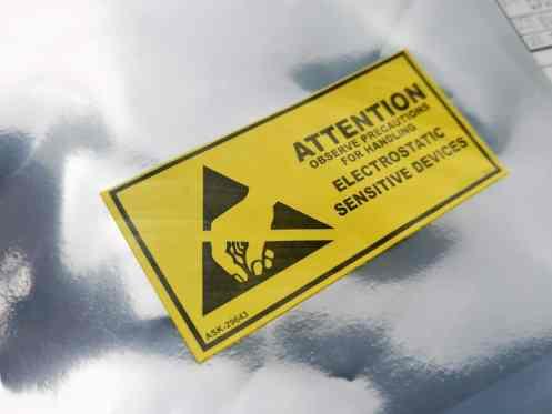 statische sticker geplakt op aluminium