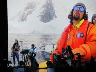 Jason Mraz sings with a giant Jason Mraz