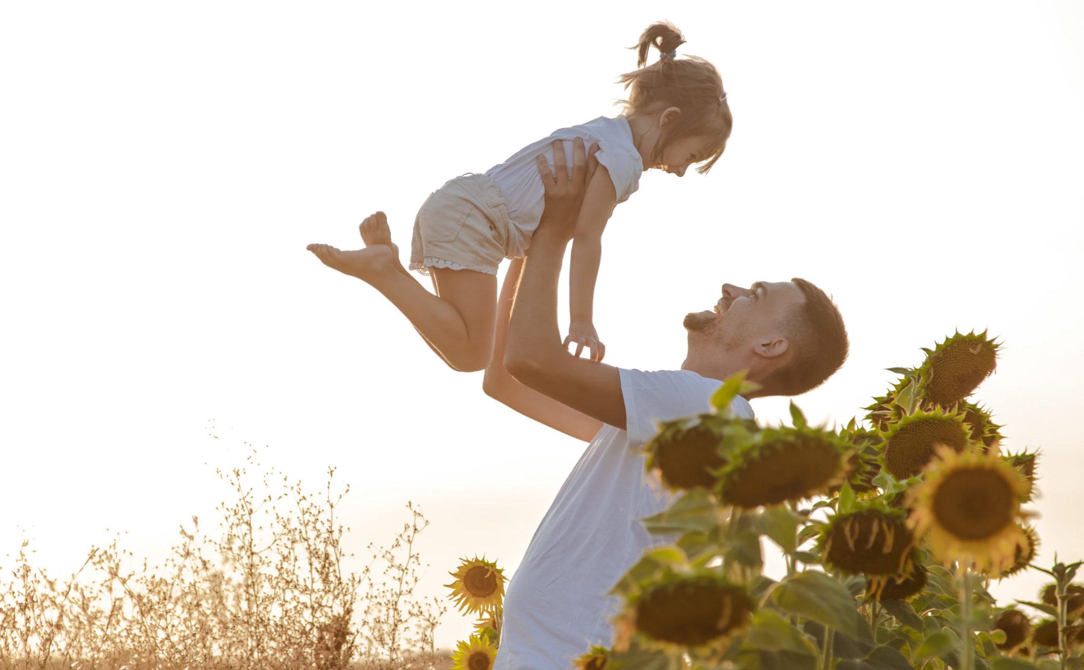 Estilos de vida sustentables; padre jugando con niña