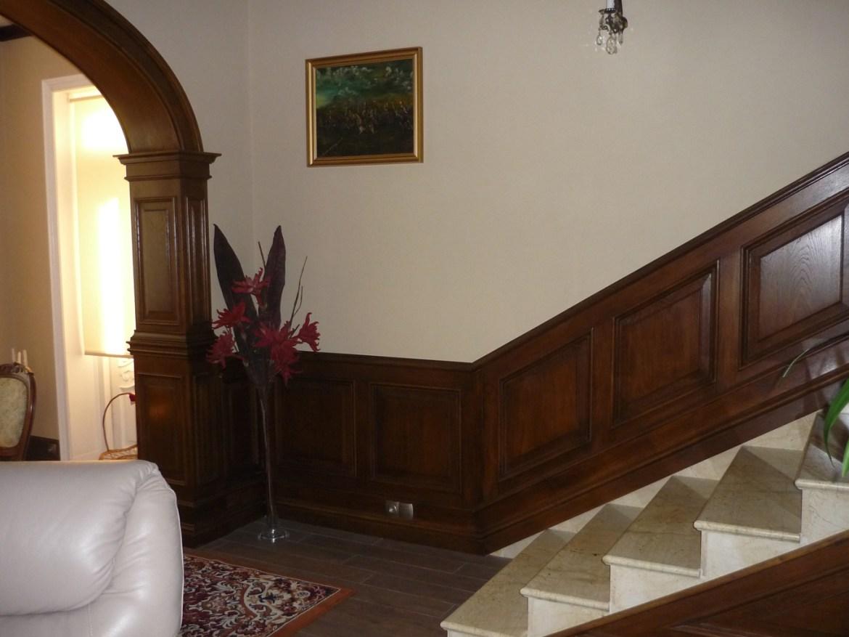 drewniana-boazeria-w-stylu-angielskim-oraz-drewniana-zabudowa-luku