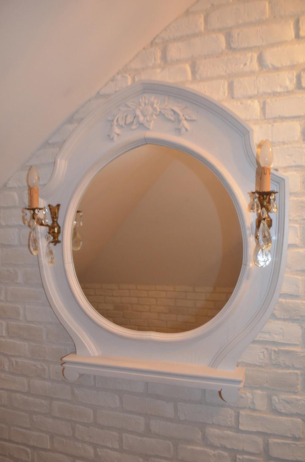 Drewniane lustro łazienkowe w białym kolorze