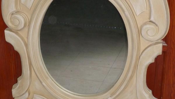 Drewniane lustro w jasnym kolorze