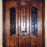 Drzwi frontowe zdobione z przeszkleniami