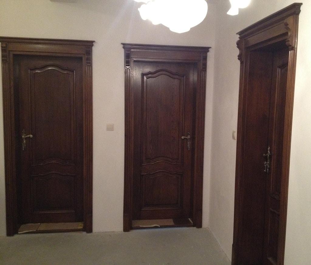 klasyczne-drzwi-wewnetrzne-w-kolorze-ciemny-orzech-min