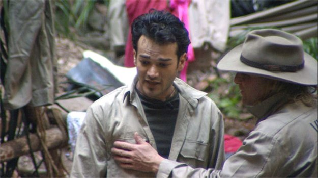 Daniel Lopez mit Pipi auf der Stirn im Dschungelcamp mit Vincent