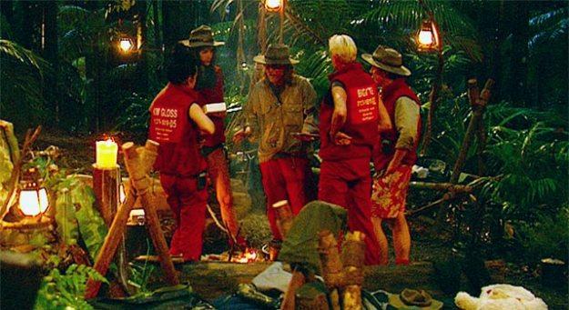 Vincent diskutiert mit den anderen Insassen das Reiskochen