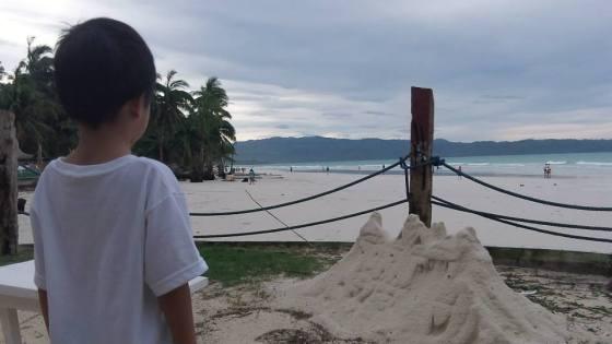 Un castillo de arena en Boracay sobrevive al tifón Yolanda (Haiyan). A sandcastle in Boracay survives super storm Yolanda (Haiyan).
