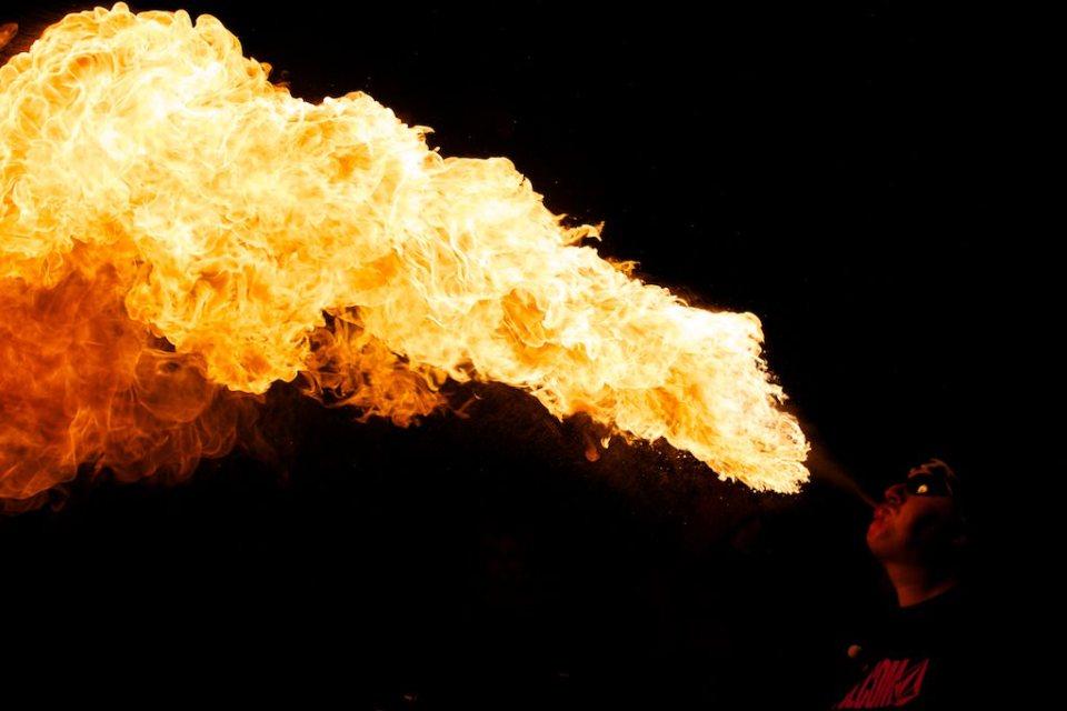 Burn Crew Concept: les cracheurs de feu aux jardins du palais de Tokyo