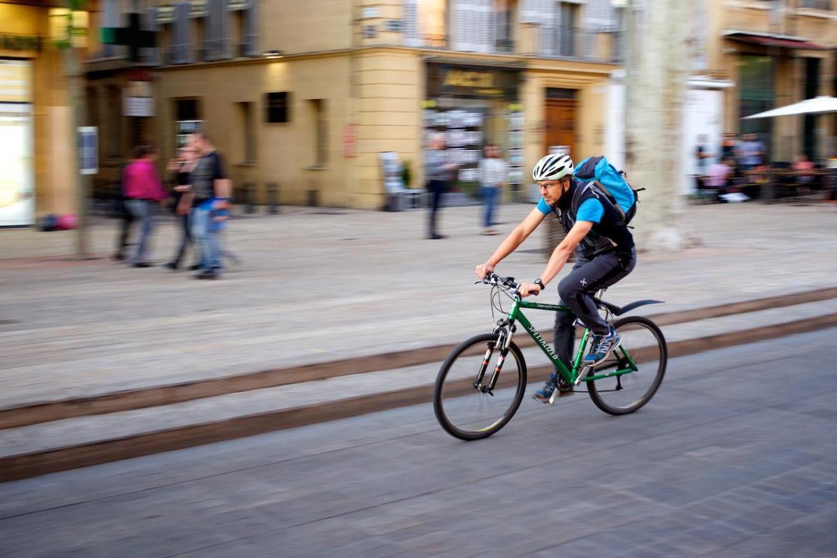 Photo: 5 filés de cyclistes Aixois