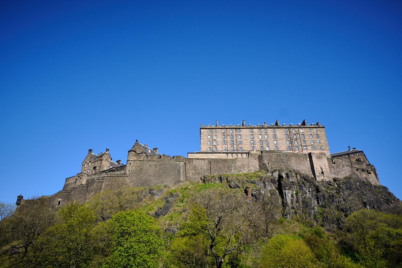 Ciel bleu sur le rocher d'Edimbourg